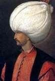 56 - 1534. En Constantinopla, aparece por primera vez escrito el nombre del café, en una explicación y comentario de sus cualidades. El imperio Otomano bajo el dominio de Solimán, el magnífico, está en su máxima expansión, conquistan Hungría, Túnez, Mesopotamia y expulsan a los Turcos de Bagdad.