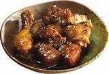 23 – ADOBO. Preparación a base de hierbas aromáticas, condimentos, especias y vino o vinagre en que se reposa las carnes a fin de que se ablanden y aromaticen. Es imprescindible, sobre todo, en la preparación de la carne de caza.