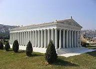 04 - El Templo de Artemisa en Éfeso (actual Turquía). Construido hacia 550 a. C. y destruido por un incendio intencionado en 356 a. C., Alejandro Magno ordenó su reconstrucción, culminada tras su muerte en el año 323 a. C. Este nuevo templo, que debe ser considerado como el incluido dentro de la lista de las maravillas, fue destruido a su vez por los godos durante un saqueo en el año 262.
