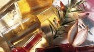 31 - Los aliños dependen del gusto de cada uno, pero si quieres huir un poco del clásico aceite (siempre de oliva virgen extra) y vinagre (dale un toque utilizando el balsámico) siempre puedes utilizar vinagretas (la receta más común para la salsa vinagreta lleva una parte de vinagre y tres partes de aceite, aunque se pueden variar las cantidades según el gusto particular, y los demás ingredientes que te dicte tu imaginación (ajo, hierbas, especias…), salsas de yogur, mayonesa, salsa de tomate